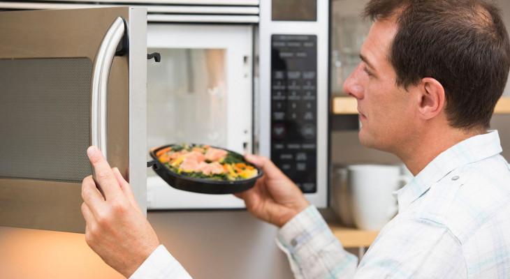 В микроволновке не крутится тарелка: что делать?